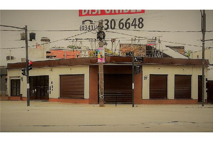 Alquiler amplio local comercial en esquina