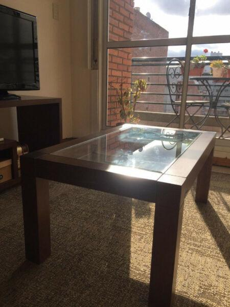 Mesa ratona de vidrio y madera. excelente estado.