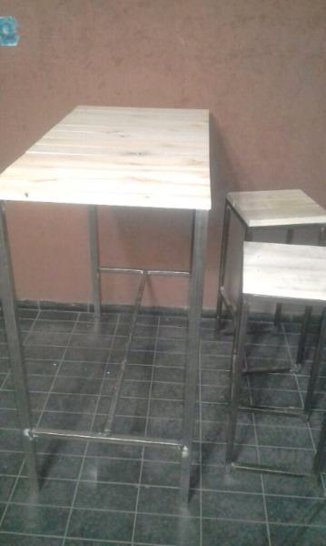 Mesa alta tipo bar.