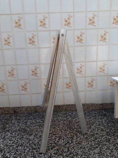 Mesa, silla y pizarra de madera.