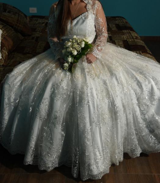 Vestido de novia blanco hermoso estilo princesa