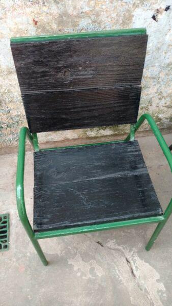 Silla de madera negro con estrucutura de hierro verde