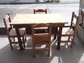 Juego de mesa de 1,20 y 4 sillas rectas.