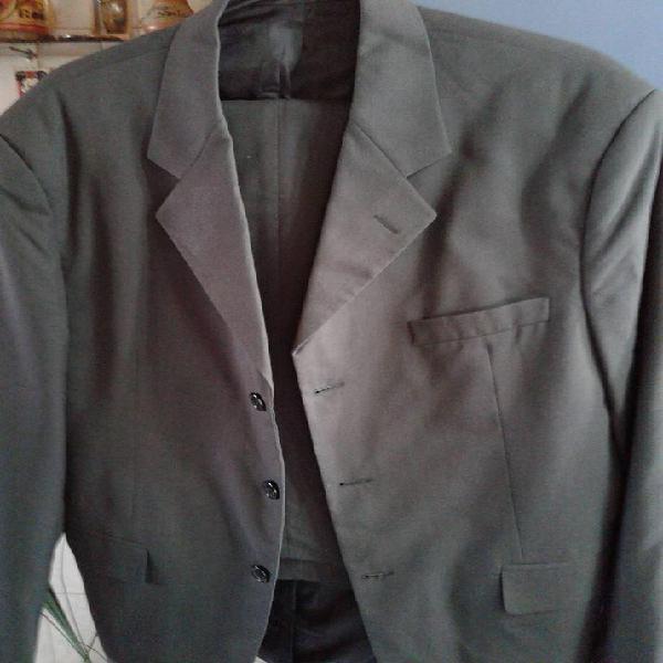Vendo ambo: saco y pantalon, color gris, derecho 3 botones,