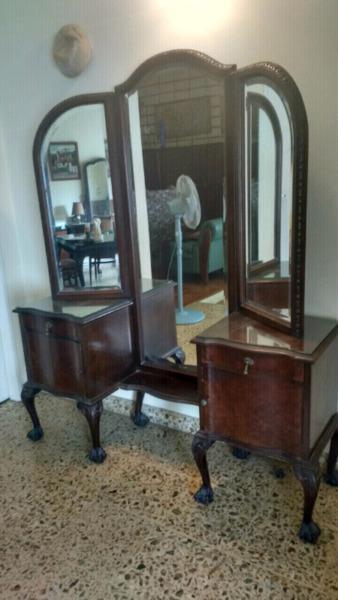 Antiguo vestidor de estilo con espejo biselado