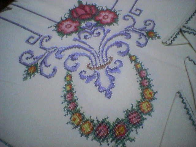 Mantel de hilo bordado en punto cruz. origen: madeira