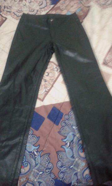 Pantalones y pollera de cuero nuevo liquido por mudanza