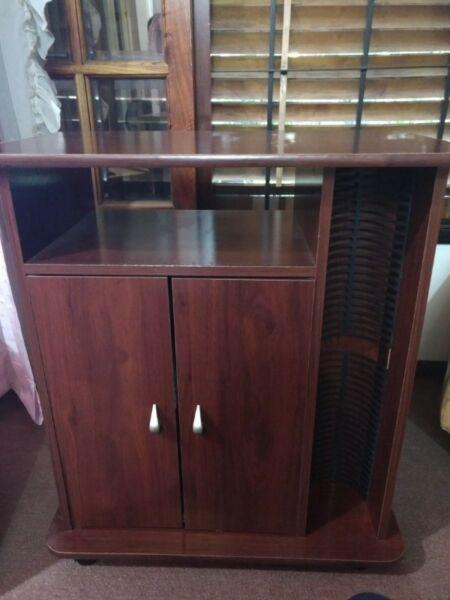 Mesa para televisor con puertas y repisa lateral