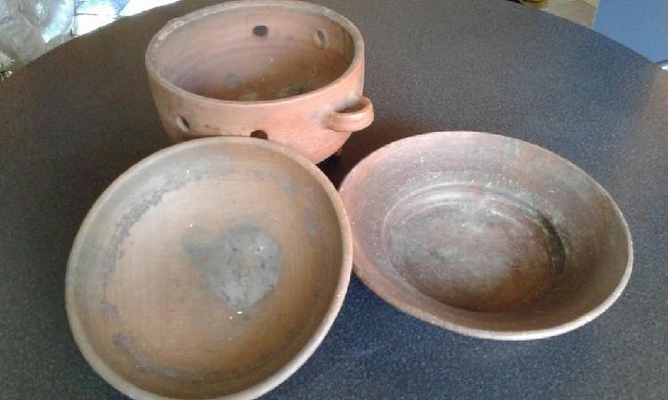 Vendo antigua olla/caldero con tapa y plato de barro