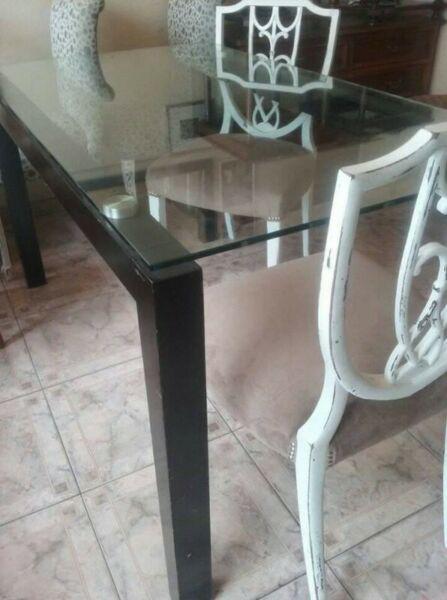 Impecable mesa de moderno diseño