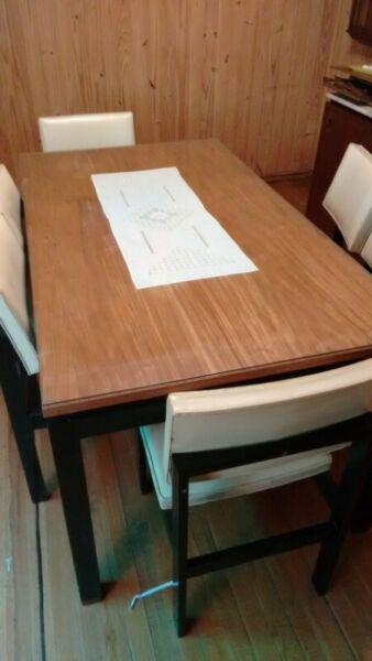 Mesa de madera con vidrio y sillas