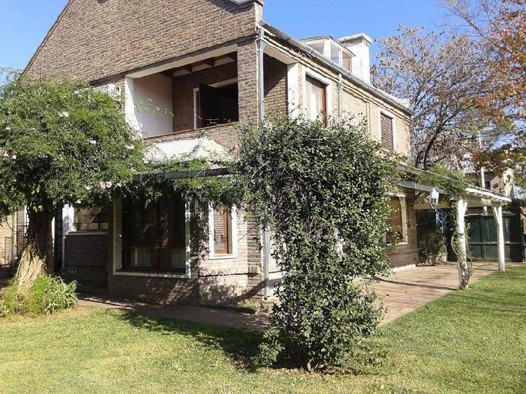 Casa con piscina y gran jardín / opción galpón