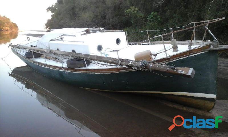 Barco motovelero de madera para restaurar