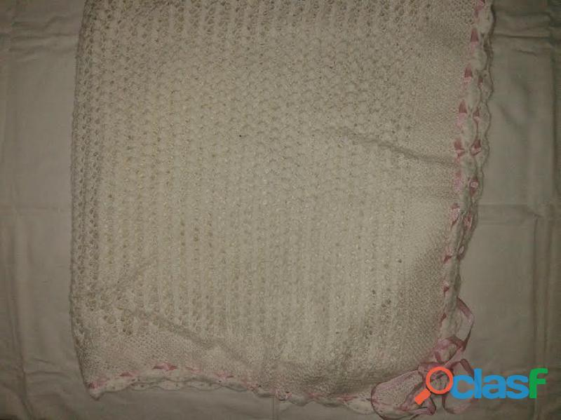 Manta tejida crochet blanca cinta rosa 90x80 perfecta