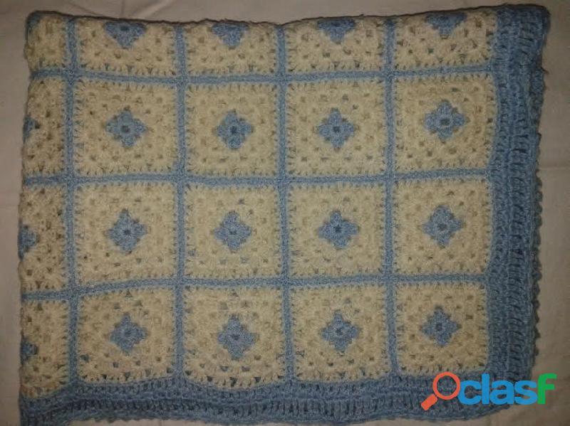 Manta tejida crochet en cuadros celeste blanca 70x80 perfect