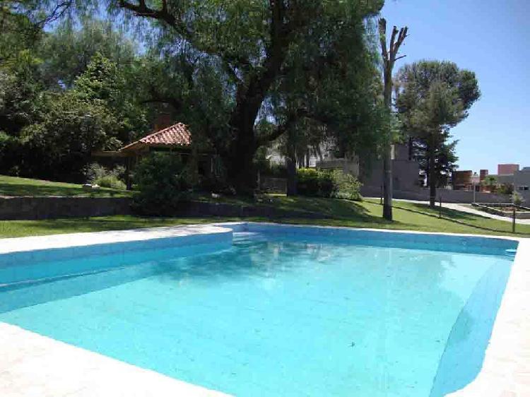 Muy buena casa con costa al lago en villa carlos paz, zona
