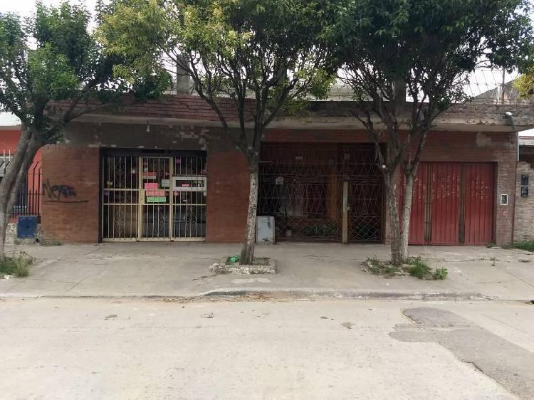 Amplia propiedad en dos plantas con local comercial.