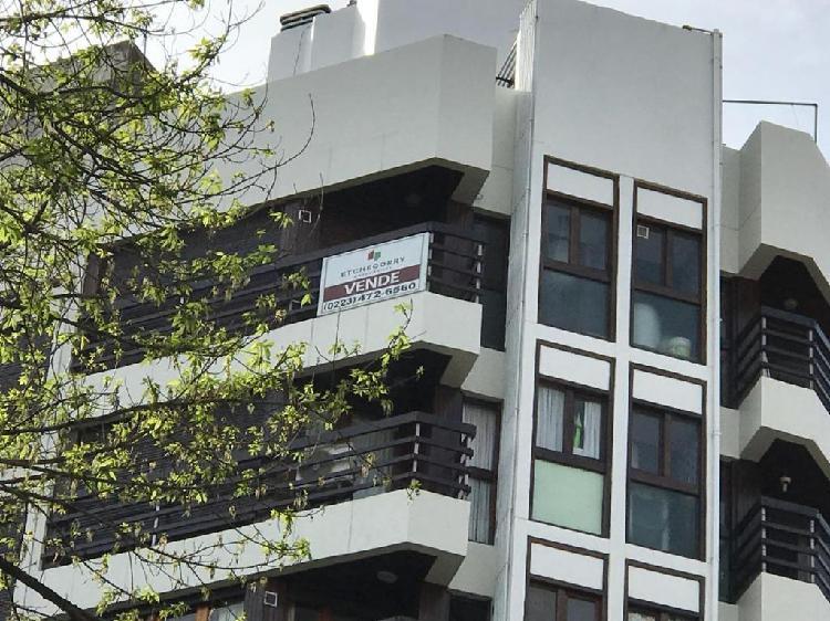 Semi piso de tres amb a la calle