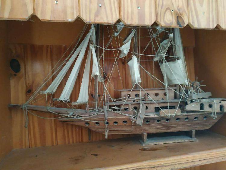 Barco de madera antiguo a escala