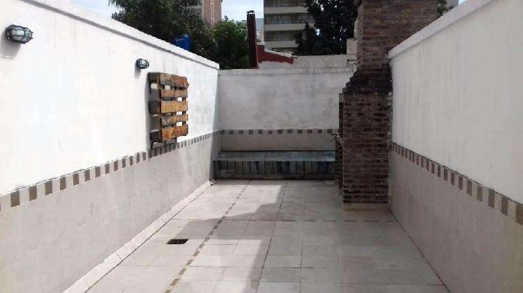 Monoambiente con amplísimo patio con parrillero en edificio