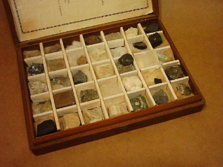 Caja Antigua Conteniendo 35 Minerales