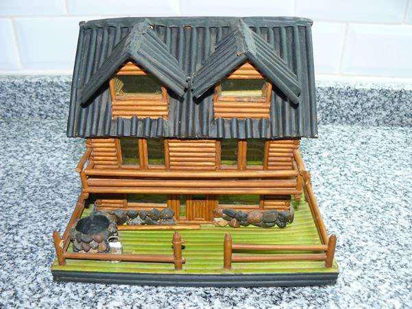 Casa cabaña artesanal hecha con papel de diario prensado