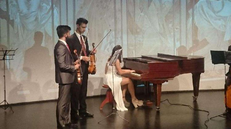 profesora de piano para principiantes. LEER!