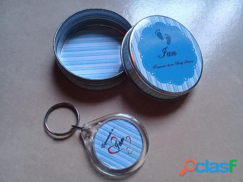 Souvenirs personalizados latas y llaveros