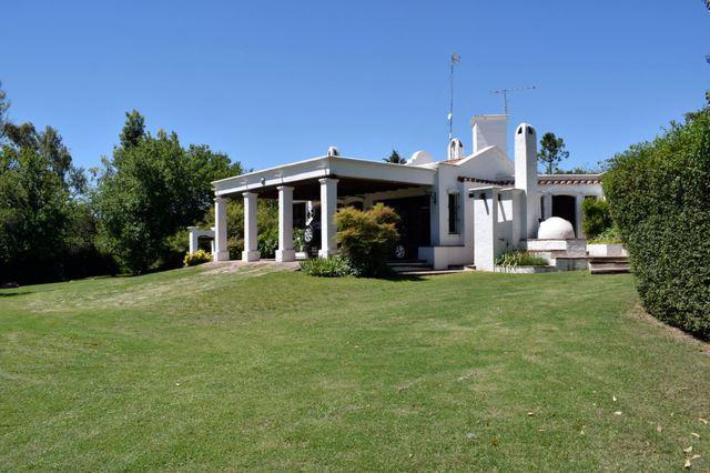 Espectacular casa con gran parque y piscina en villa allende