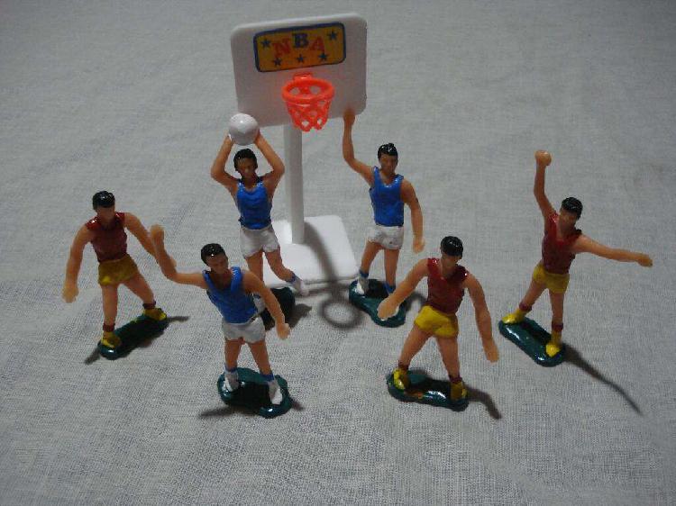Jugadora de básquet x 6 más aro