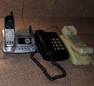 Teléfonos en lote, 2 inalambricos y 4 con cable.