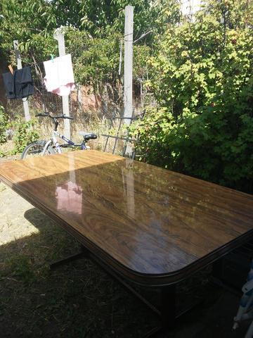 Mesa de madera con base de hierro.
