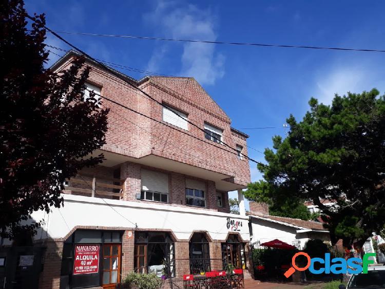 Ph 2 amb.primer piso por escalera a la calle con balcon.