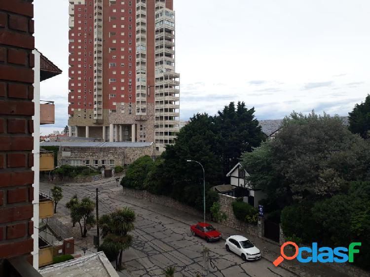 Semipiso 3 amb externo con doble balcón y cochera cubierta. Zona Varese 1