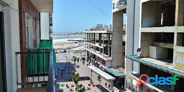 Alquiler temporada. 3 ambientes a la calle con balcon corrido, vista parcial al mar y dependencia de servicio.