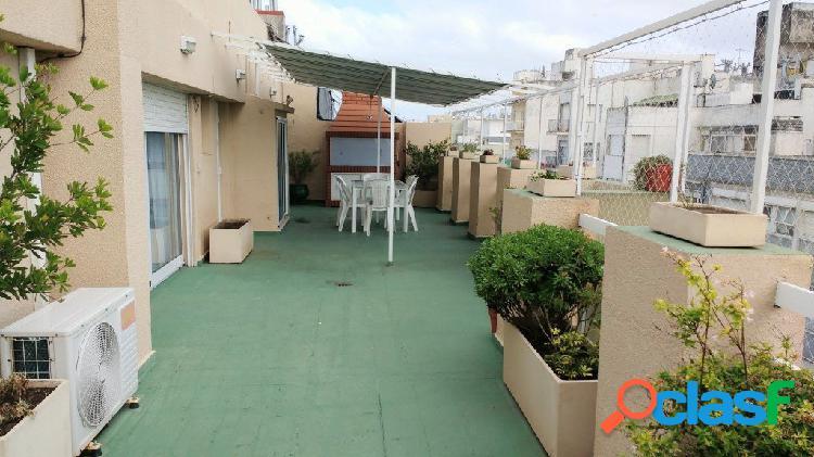 3 ambientes con terraza, dep. de servicio, quincho, parrilla y vista panorámica. totalmente reciclado a nuevo. a metros del mar.