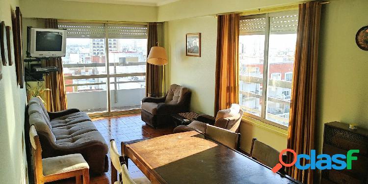 3 ambientes a la calle con balcon saliente sobre av. colon, cochera fija y baulera. departamento en venta.
