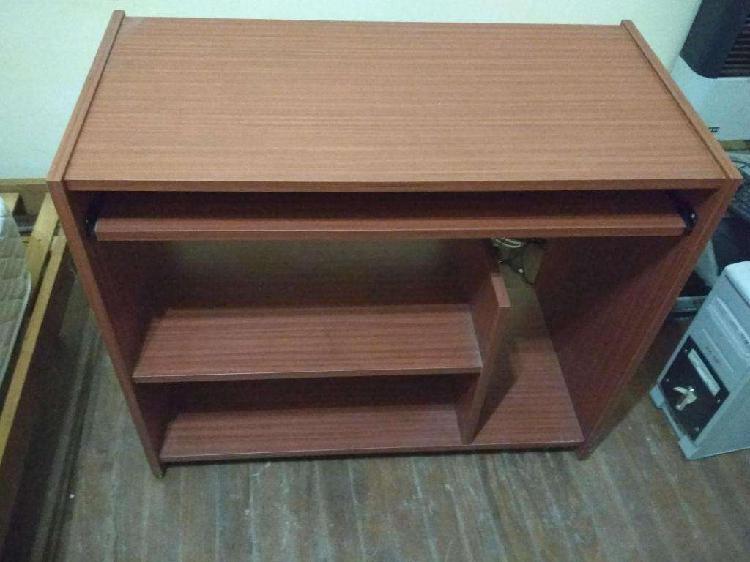 Mesa de computación de madera