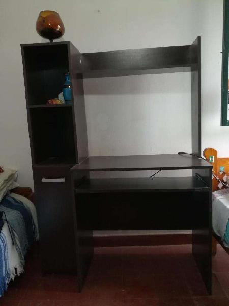 Mesa para computación con estantes