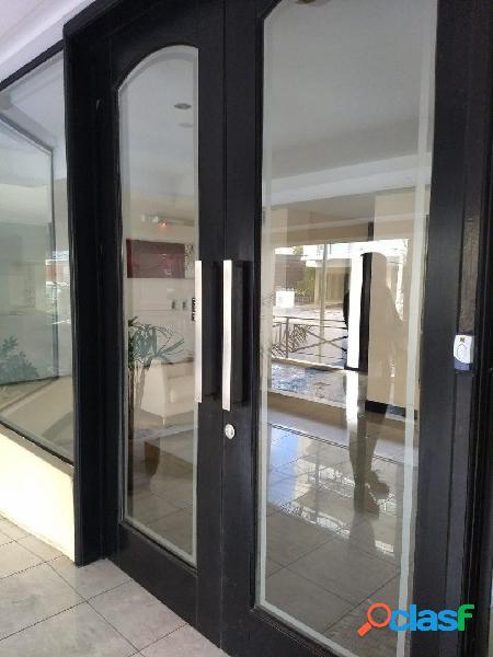 Semi-piso externo de 3 ambientes con cochera cubierta