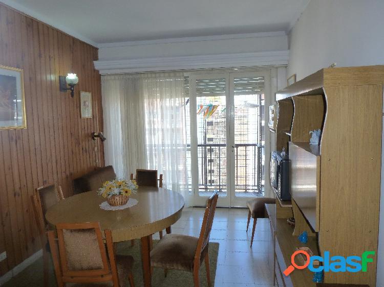 Dos ambientes externo con balcón saliente