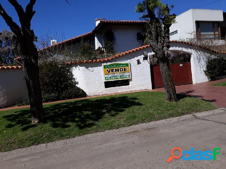 Chalet parque luro las farolas importante residencia estilo mediterráneo 4 ambientes. c/gran parque y piscina