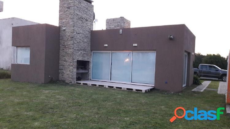 Casa estilo moderno 3 ambientes en barrio lomas de miramar.-
