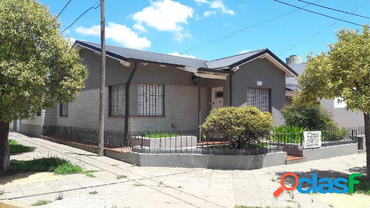 Casa ubicada en calle 26 esq 43, 3 dormitorios y cochera. mercedes (b)