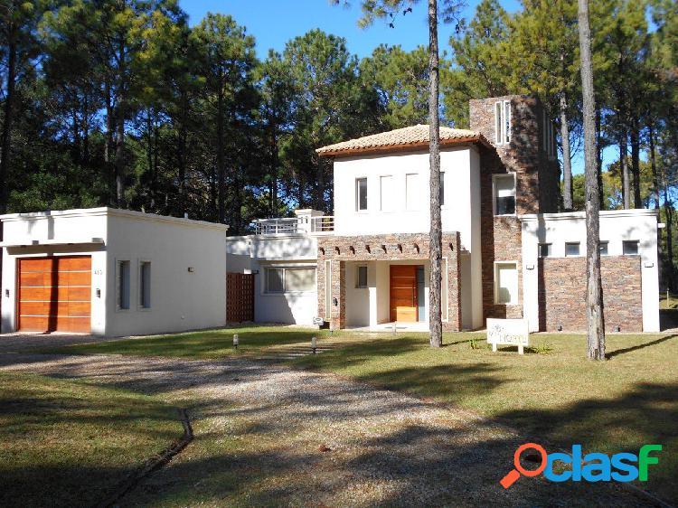 Alquiler temporario: chalet moderno, es 2 plantas, de 3 dorm, dependencias, garaje, galería c/ parrilla, lavadero y jardín