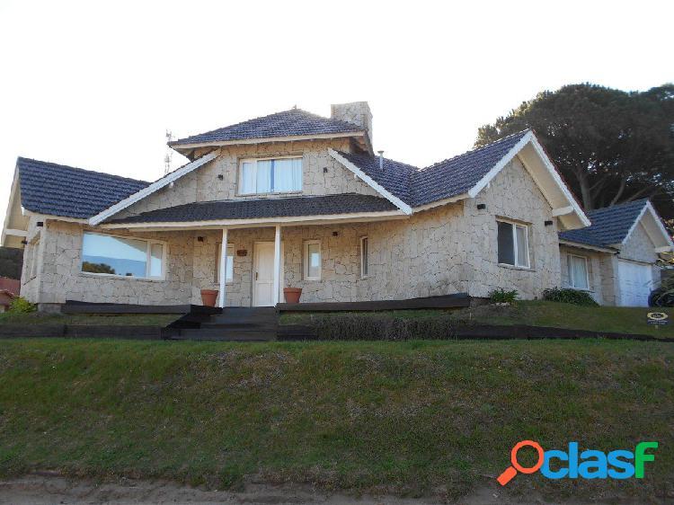 Alquiler por temporada: chalet moderno de 4 dorm, 2 baños compl. garage, jardín c/ parrilla.