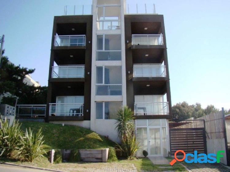 Alquiler por temporada: departamento de 3 ambientes, tercer piso, con cochera. excelentes vistas al mar.