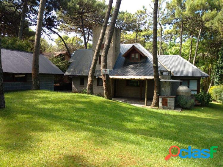 Alquiler por temporada: chalet en dos plantas de 3 dorm, galería c/ parrilla, horno de barro. garage y jardín.