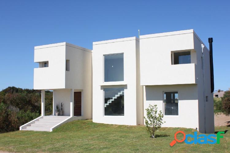 En venta: costa esmeralda: minimalista de 4 dorm, 3 baños compl. pileta. jardín. terraza c/ parrilla. sobre el golf.