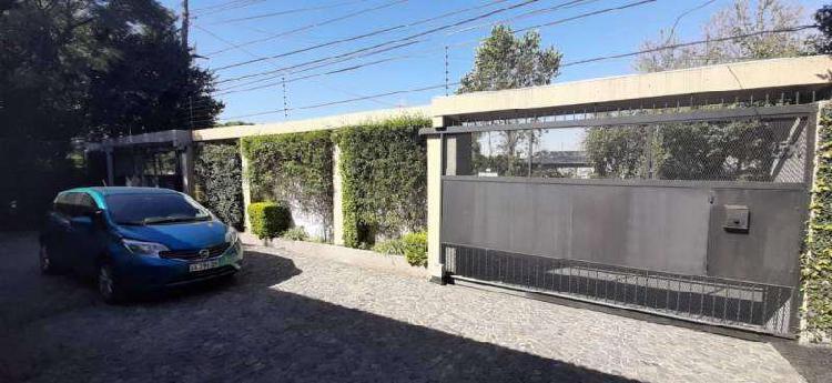 Casa en una planta con gran jardín, 2 quinchos y pileta